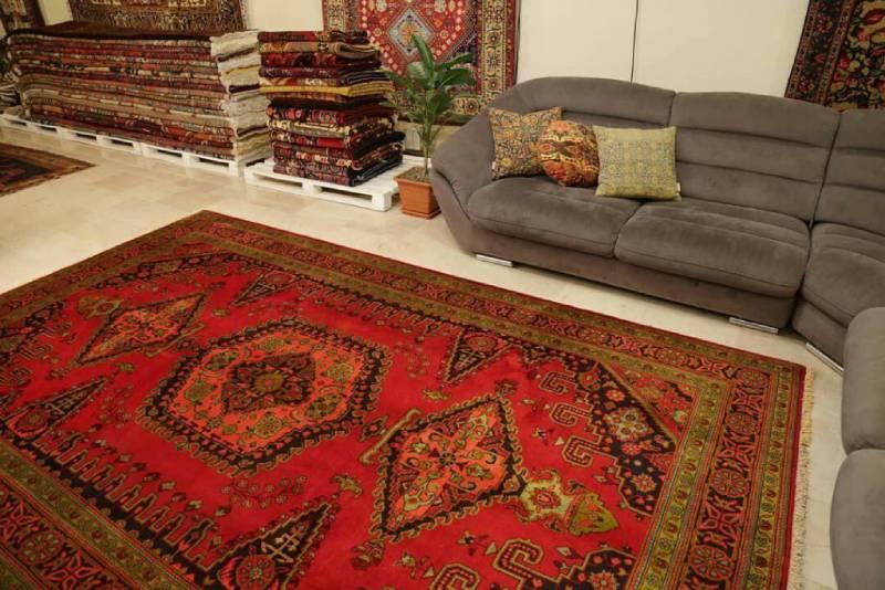 ست کردن فرش زمینه قرمز با مبلمان طوسی   شرکت فرش اکسیر