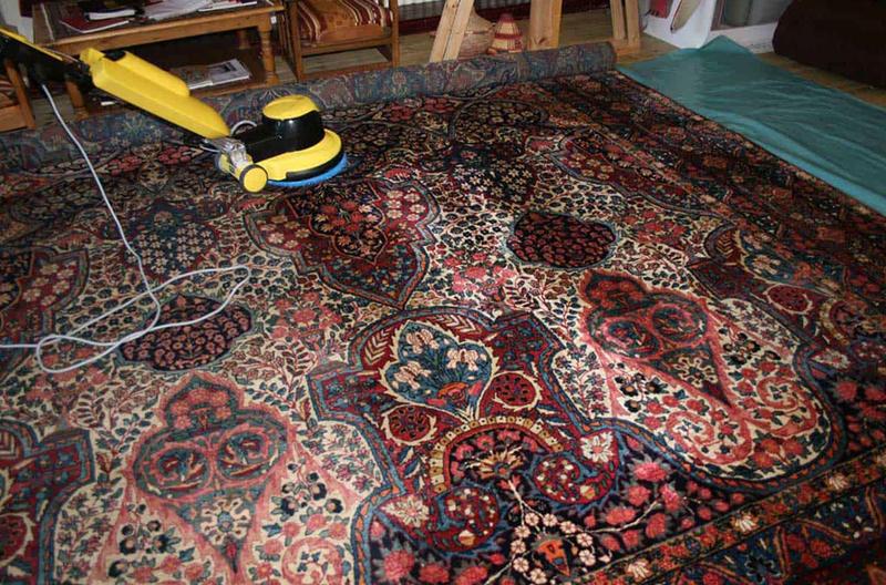 نظافت منظم فرش ابریشم با جاروبرقی | شرکت فرش اکسیر