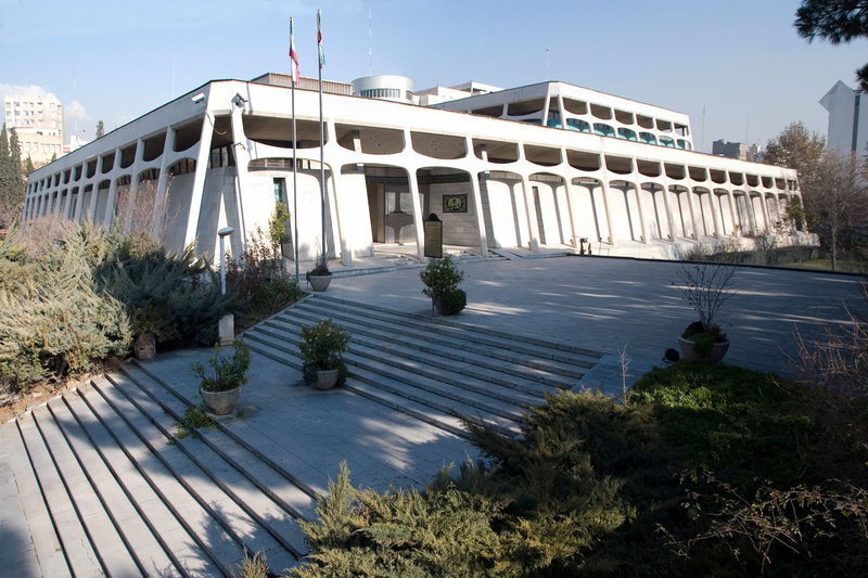 فضای بیرون موزه فرش ایران | شرکت فرش اکسیر